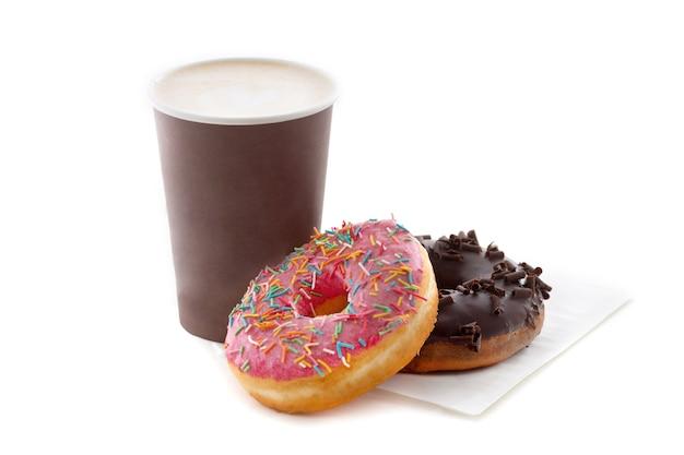 Taza de café con donuts sabrosos aislados