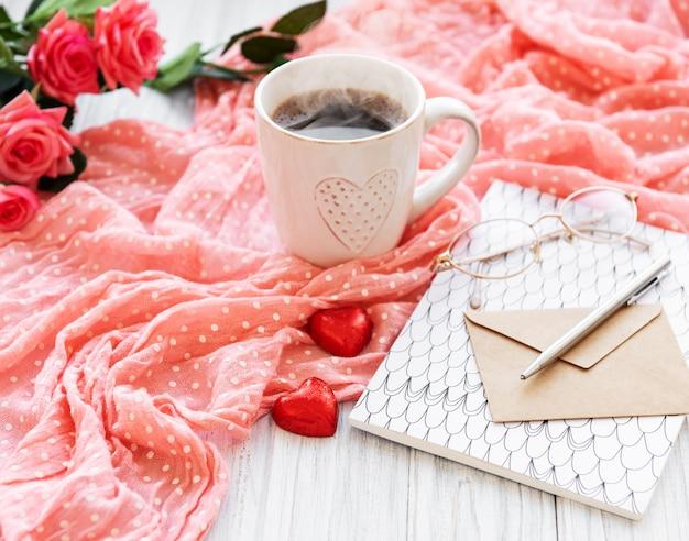 Taza de café con dulces de chicolato.