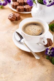 Taza de café con dulces de chocolate