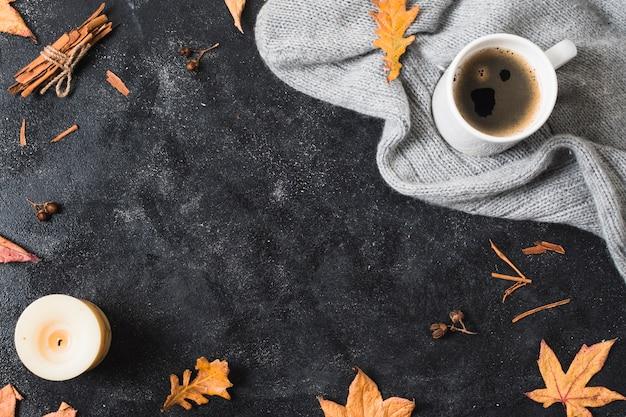 Taza de café y espacio para copiar suéter.