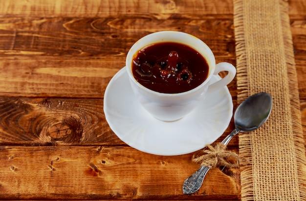 Taza de café con espacio en la mesa