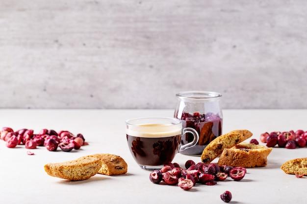 Taza de café espresso con arándano cantucci