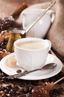 Taza de café espresso y cafetera
