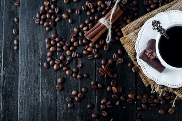Taza de café espresso italiano con canela