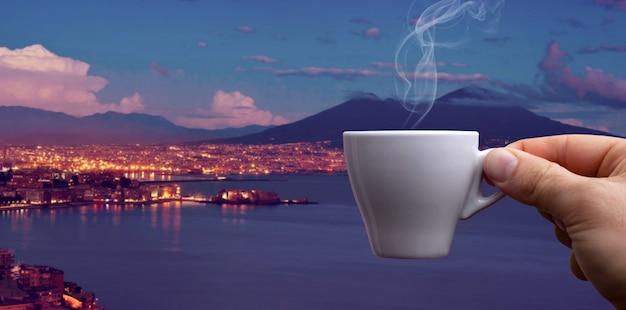 Taza de café espresso sobre el golfo de nápoles