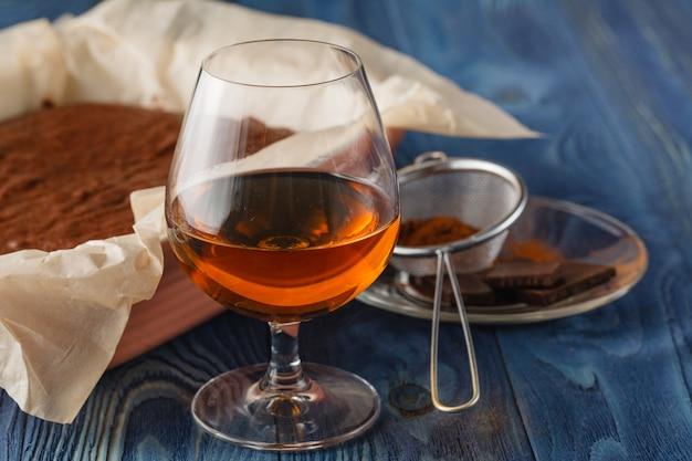 Taza de café expreso, azúcar, azúcar de caña, brandy, cardamomo, luz especial, enfoque selectivo.
