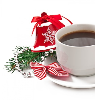 Taza de café expreso y decoración navideña