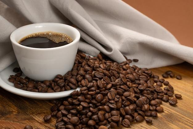 Taza de café expreso y granos de café