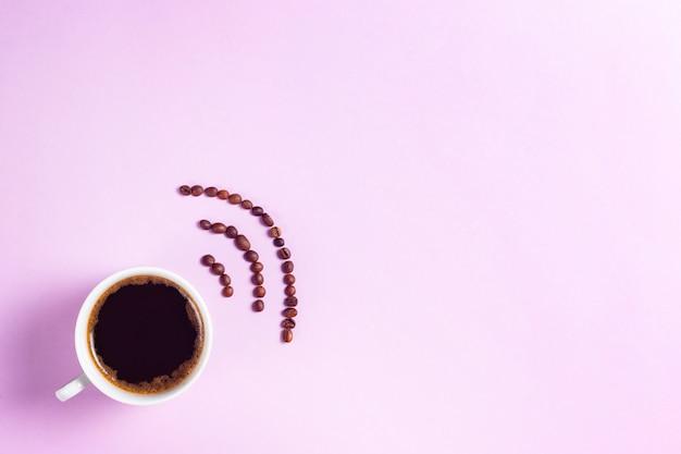 Taza de café expreso con señal wi-fi hecha de granos de café copyspace