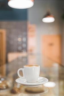 Taza de café en el fondo borroso