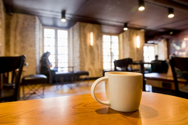 Taza de café con fondo borroso