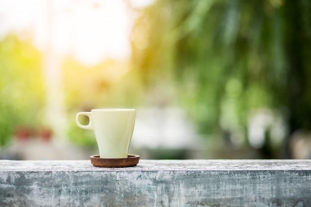 Taza de café con un fondo borroso