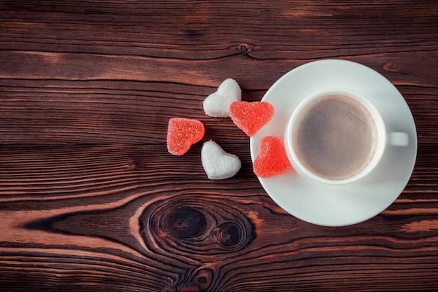 Taza de café en un fondo de madera. copia espacio enfoque selectivo
