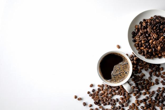 Taza de café y frijoles en el cuadro blanco