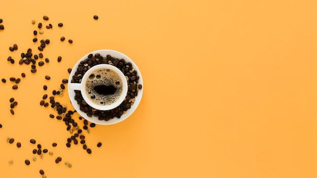 Taza de café con frijoles y espacio de copia