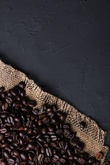 Taza de café y frijoles sobre fondo de cocina beton gris viejo