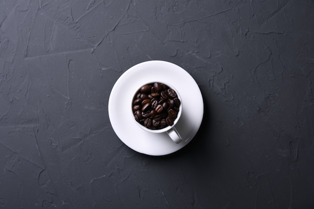 Taza de café y frijoles en la vieja cocina beton gris, mesa de rock. vista superior con copyspace para su texto