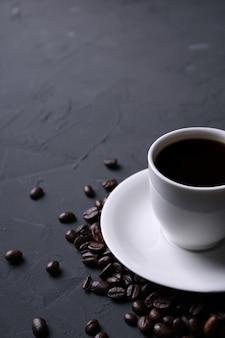 Taza de café y frijoles en la vieja cocina beton gris