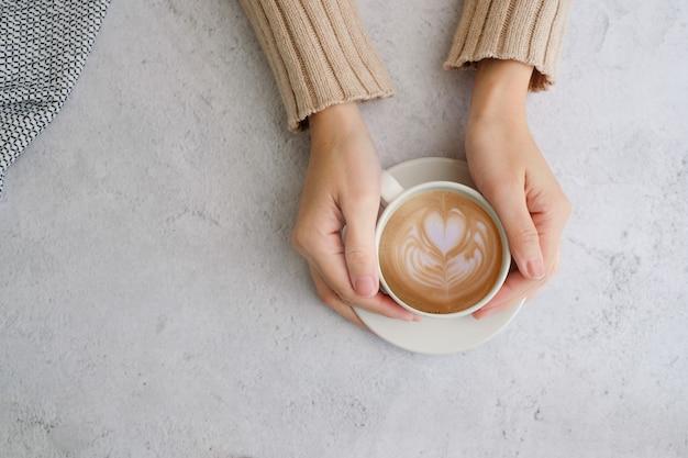 Taza de café y frijoles vista superior con copyspace.