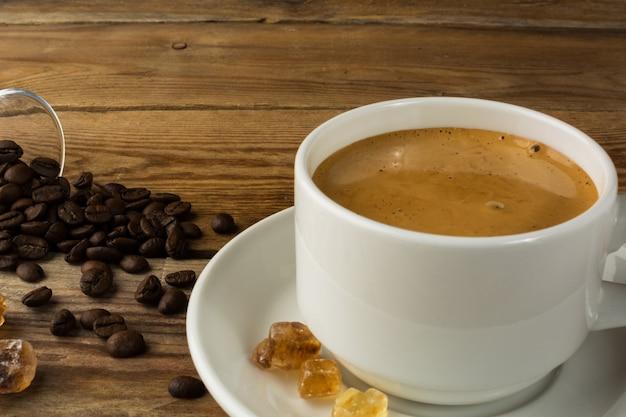 Taza de café fuerte de la mañana y azúcar moreno