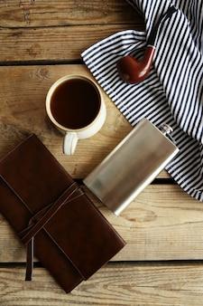 Taza de café fuerte con un matraz sobre una mesa de madera, vista superior