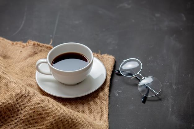 Taza de café y gafas de lectura