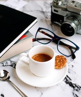 Una taza de cafe y galleta