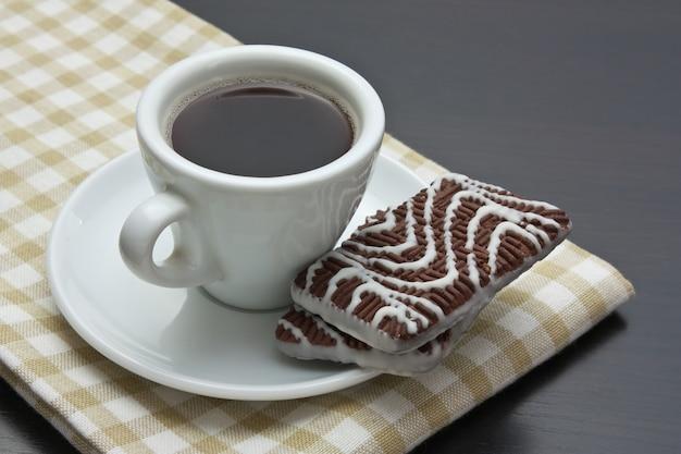 Taza de café y galletas de chispas de chocolate en la mesa
