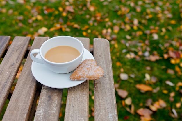 Taza de café con galletas en forma de corazón sobre una mesa i