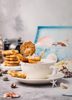Taza de cafe con galletas