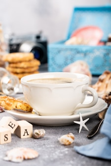 Taza de café con galletas