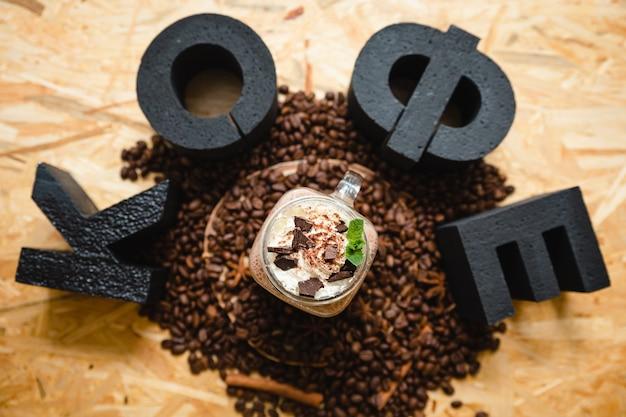 Taza de café con granos de café e inscripción de café en ruso