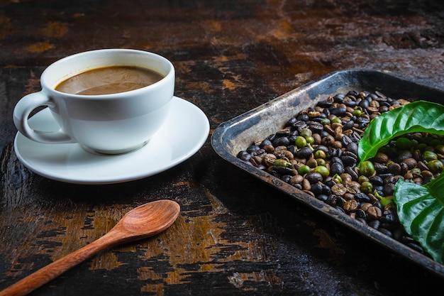 Una taza de café y granos de café en una mesa de madera