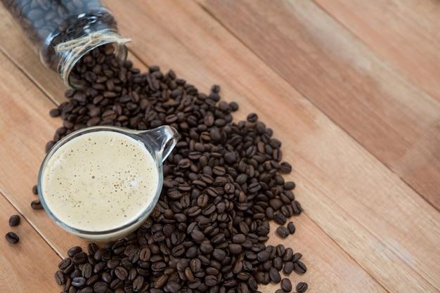 Taza de café con granos de café tostados