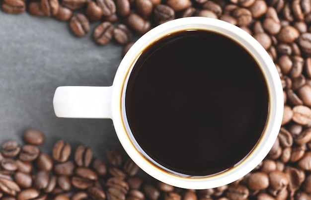 Taza de café en granos de café tostados