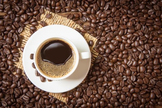 Taza de café y granos de café.