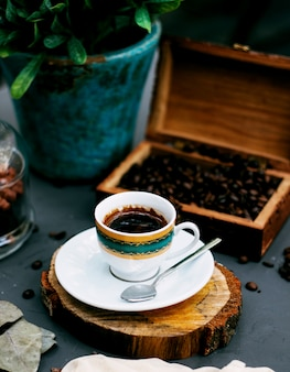 Una taza de café y granos de café.