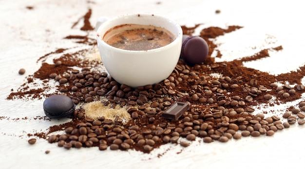 Taza de café con granos de café.