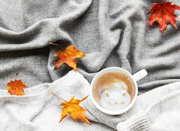 Taza de café y hojas de otoño