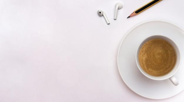 Taza de café con lápiz y auriculares concepto de oficina en casa espacio de copia plana laicos creatividad