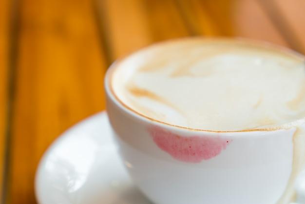 Taza de café con lápiz labial
