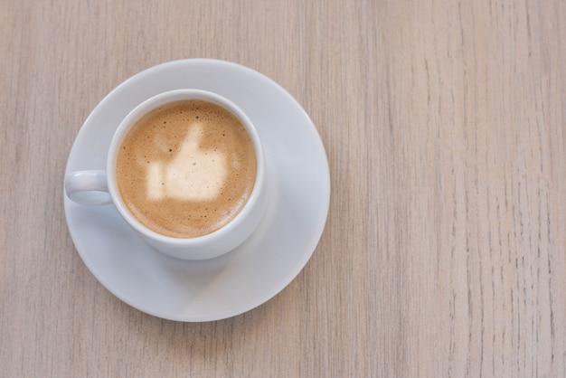 Taza de café con leche, azúcar de caña y como signo sobre fondo claro. vista superior