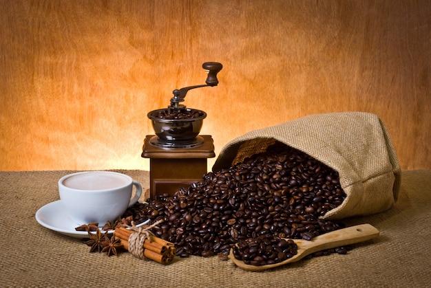 Taza de café con leche bolsa de café espresso perfumado