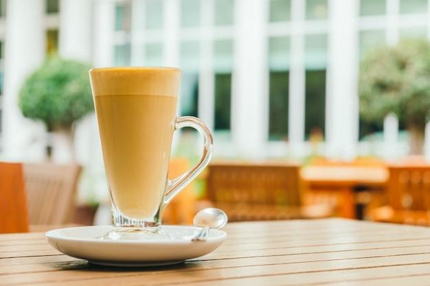 Taza de café con leche caliente