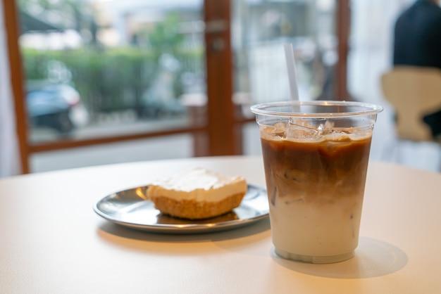 Taza de café con leche helado en café restaurante