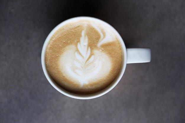 Taza de café con leche en la mesa