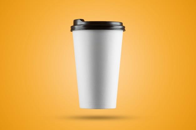 Taza de café con leche de papel aislada sobre un fondo amarillo
