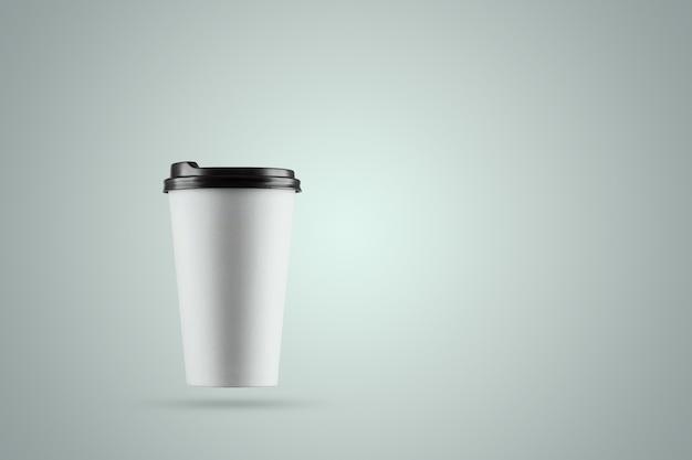 Taza de café con leche de papel aislada sobre un fondo azul