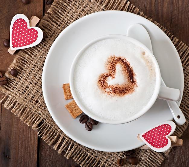 Taza de café con leche en el viejo de madera
