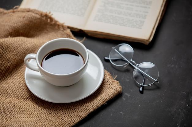 Taza de café y libro con vasos